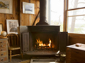 素朴なコテージの暖炉