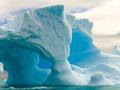 アーチ型の氷山