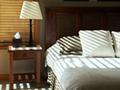 陽の射すベッドルーム