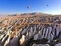 気球とカッパドキア(トルコ)