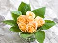 ガラスの花瓶と黄色いバラ
