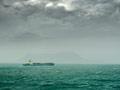 嵐の海と貨物船